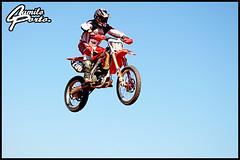 Voador! (Camilo Porto) Tags: blue sky honda cross bikes racing dirty ktm dirt yamaha terra panning motocross pista corrida enduro motorcicles capacete