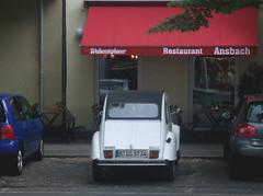 Ente ... keine DS (bayernernst) Tags: auto berlin rot cars car juni deutschland citroen citroën 2cv oldtimer autos 2008 ente kontrast citroen2cv citroën2cv meinberlin 14062008