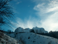 Il Gran sasso innevato..... (hiron88) Tags: italy mountain alberi italia nuvole cielo neve montagna abruzzo celeste blueribbonwinner yourcountry