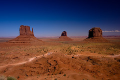 Monument Valley.... (zilverbat.) Tags: travel arizona panorama usa mountains classic nature america wow landscape fantastic scenery rocks view awesome hollywood western movies vs navajo monumentvalley 2008 durango kayenta stagecoach johnwayne riogrande winnetou karlmay johnford luckyluck fortapache valleydrive reisgids texwiller canon40d zilverbat