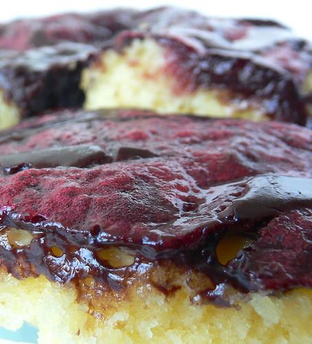 Blechkuchen mit Schokosahne und Preiselbeeren