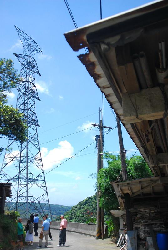 部分已蓋好的電塔離民宅不到100公尺