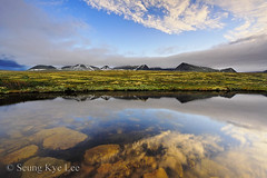 Rondane - Early Morning Light At Rondane Mountainrange (Seung Kye Lee - Fine Art Landscape Photography) Tags: travel copyright lake mountains reflection nature water norway sunrise trek canon landscape scenery europe underwater outdoor hiking fineart natur  korea explore lee seoul polarizer seung rondane landskap kye incamera canonefs1022mmf3545usm milj veslesmeden flickrsbest ndgradfilter absolutelystunningscapes sagtinden wwwbildesentralenno brkedalsbelgen ljosbelgen storsmeden wwwseungkyeleezenfoliocom landskapsfotograf nasjonalparker copyrightseungkyelee bilderrondane rondanebilder
