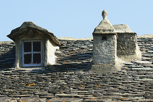 Corsica : chimneys and window