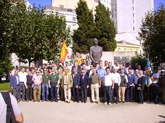ante la estatua a Millán Astray, el 11/10/08 en La Coruña