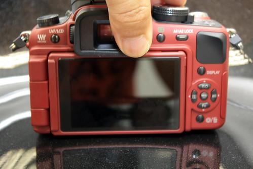 取景器上設有感應器(手指遮蓋位置),一旦被遮上時(如以取景器取景時),屏幕會自動關上,以節省耗電。