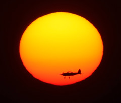 Just a plain sunset (ViaMoi) Tags: sunset orange sun canada airplane star airport ottawa profile flight canadian landing supershot 700mm mywinners abigfave enstantane platinumphoto colorphotoaward exemplaryshots theunforgettablepictures canon40d viamoi goldstaraward digifotopro damniwishidtakenthat