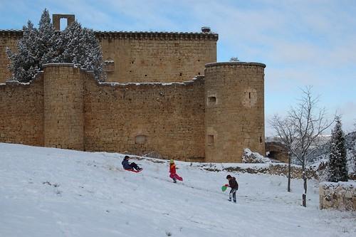 Niños jugando con la nieve en el Castillo