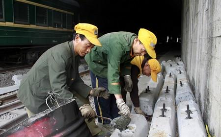 赵明军和他的农民工兄弟在不停的忙活着