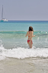 Uf, uf, uf... fria... fria! (Albert GM) Tags: beach girl island barco chica playa ibiza pajaro formentera isla gaviota platja baleares illa gavina lamola balears mitjorn llevant sesilletes espujols