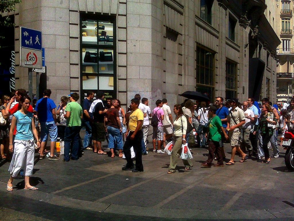 Colas ante la tienda Telefónica de la Gran Vía de Madrid para comprar un iPhone (.:fotomaf:. / flickr)