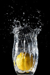 Prove generali di splash! in corso... [General splash! testing under way...] (ecatoncheires) Tags: black water yellow fruit interestingness lemon explore giallo wireless splash acqua frutta nero limone transmitter elinchrom strobist