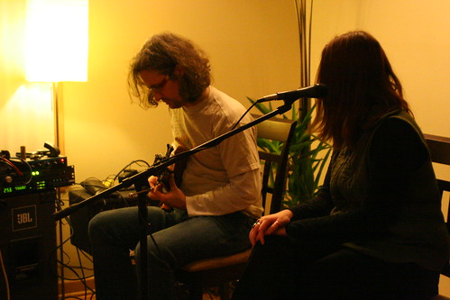 Steve Lawson and Lobelia playing a house concert at Tracy Apps' house, Milwaukee, Dec 08