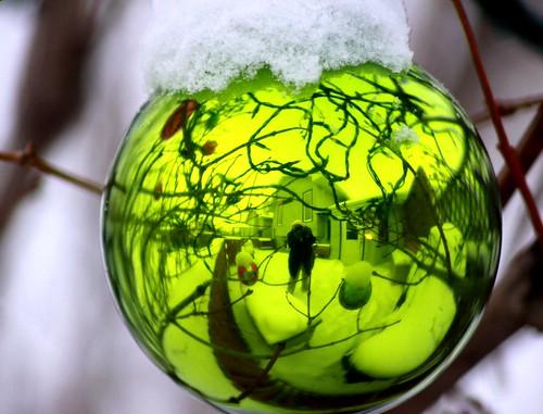 vánoční koulička zelená venku vánoce