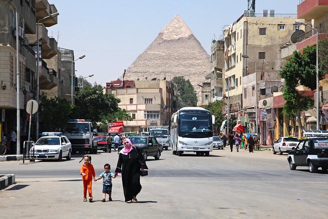 エジプト、ギザの町とピラミッド