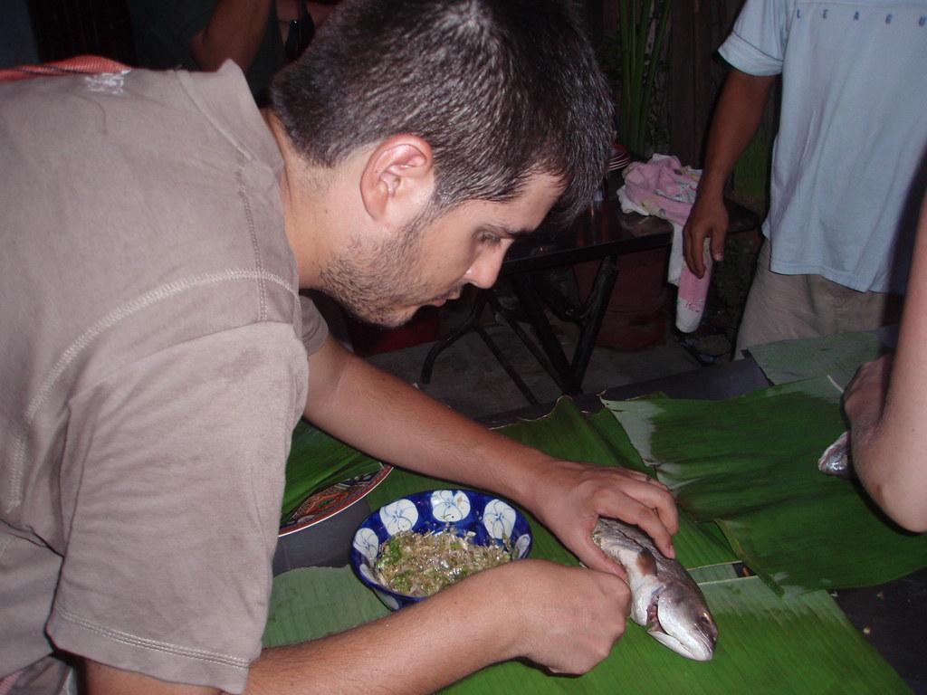 Rellenando pescado en Hoi An