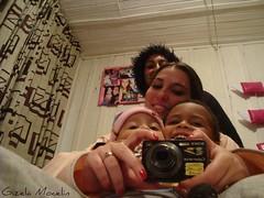 081~365 (Gizela Mocelin) Tags: familia espelho primos alegria 365 domingo pijama 81 sorrisos 365days 365dias gizelamocelin sonyw130