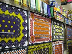 Kangas en una tienda en Biashara Street en Mombasa
