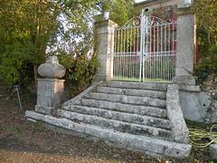 Brassempouy (Landes): portail (fredpanassac) Tags: door france stone stairs puerta pierre treppe porte portal tor stein tr escalier escaleras landes aquitaine brassempouy