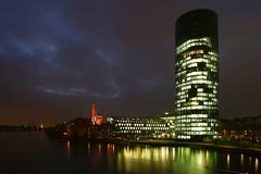Frankfurt Westhafen 8 (N.Muehlenbeck) Tags: wasser frankfurt main westhafen leben nachtaufnahmen dergerippte