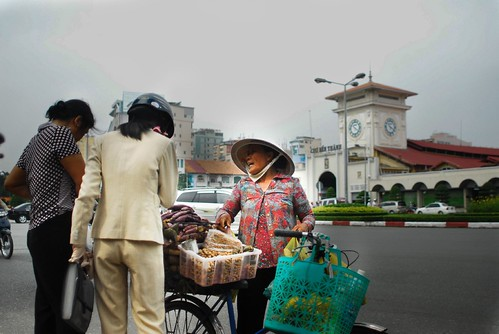 Women haggling outside Ben Thanh - Photo credit: Lecercle