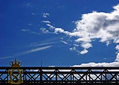 X(XV)XXXXXX (bNat!) Tags: bridge sky cloud azul puente gold golden sweden stockholm or cel minimal corona cielo pont crown sverige blau minimalism skeppsholmen nube estocolmo suecia bron oro daurada baltictrip nuvol dorada estocolm blasieholmen ciutatvella minimalisme laststop skeppsholmsbron 파랑 skeppsholm gamblastan skeppsholmbridge xxvxxxxxx 165metreslong 95metreswide 1861blue