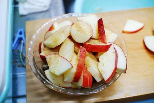 りんごとプルーンに砂糖を混ぜます