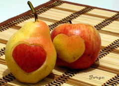 Diferenas... (Jorge L. Gazzano) Tags: love fruit amor explore corao corazon apaixonado