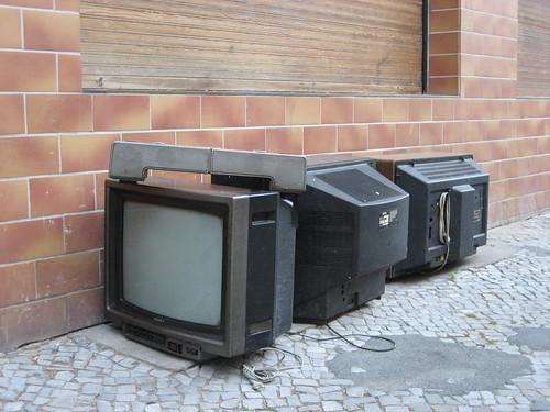 sich schämende fernseher by schockwellenreiter (flickr)