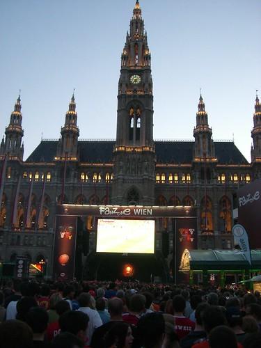 Fanzone Wien Am Rathaus in der Dämmerung