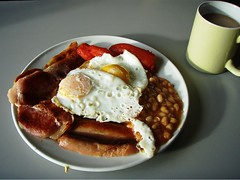 The Cottage Bakery, Bracknell (misterpulcri) Tags: mushrooms bacon beans tea toast sausage eggs toms fullenglishbreakfast friedslice