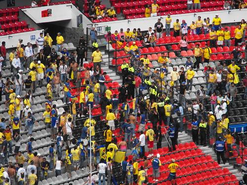 Golpes en el estadio azteca