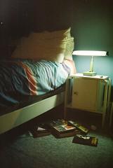 Insomnio y lectura (dianavr82) Tags: light luz lamp night noche lampe lumière room books habitación libros insomnia chambre nuit cuarto insomnio livres lámpara insomnie recámara