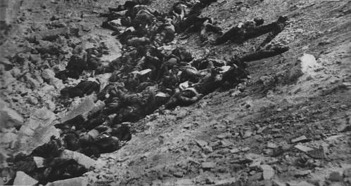 Cadáveres de asaltantes republicanos agrupados en cráter de una de las minas