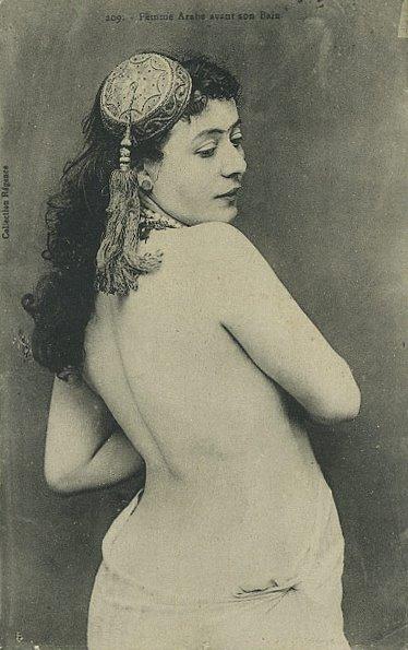 Femme Arabe avant son bain