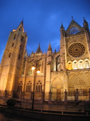 "Leon Cathedral at Night • <a style=""font-size:0.8em;"" href=""http://www.flickr.com/photos/48277923@N00/2622193171/"" target=""_blank"">View on Flickr</a>"