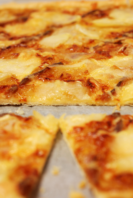 pizza with caramelised onions© by Haalo