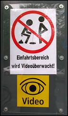 don't shit - don't piss.... (sulamith.sallmann) Tags: strange sign writing fun deutschland typography funny text humor humour schild typo schrift zeichen lettern buchstaben seltsam typografie skuril berlinmoabit typografisch al0 typograhic typographisch