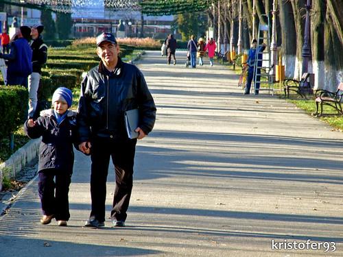 Un Bunic si Nepotul Sau in Parcul Cancicov - Decembrie 2008