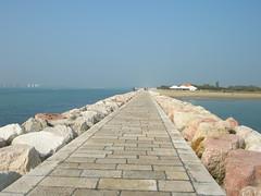 la strada che mi porta al mare (*evelyn47*) Tags: sea beach mare dam spiaggia sailingboat diga