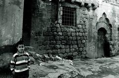 Mardin sokaklarndan.. (ar yldrm) Tags: door bw canon eos child mardin ocuk sokak duvar kap ta digitalcameraclub oyun p blackwhitephotos 400d mezopotamya mosopotamia