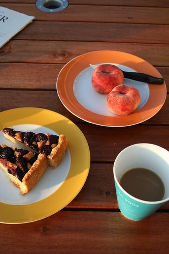 Café, torta, durazno