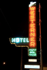 Westerner Motel (Curtis Gregory Perry) Tags: light usa luz hat sign oregon america portland licht us cowboy neon pacific northwest lumire air united motel aviso pacificnorthwest states luce muestra signe sinal  zeichen  non segno nen    conditioned    teken   westerner motell              motelli  motelis