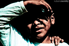 Procure meus olhos na escurido... (Rubens Nemitz Jr.) Tags: boy shadow brazil face look festival brasil riodejaneiro paraty dark photography kid eyes hands punk rj hand darkness sink little expression indian side gray garoto internacional sombra olhos international cover fotografia shoulder fetch no menino mos mo indio rosto escuro pef ache pequeno guri foco appear ombro penumbra covering hides moleque escuridao pi aparecem esconde busque expressao muleque paratyemfoco procure cobrem cobrindo encondendo