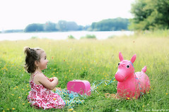 Confeti (Reografie) Tags: pink party feest horse groen foto child verjaardag kind gras feestje paard roze koffer shirin fotoshoot confeti 2jaar slingers simonshaven nibbie reografie shootoplocatie fotoshootkind