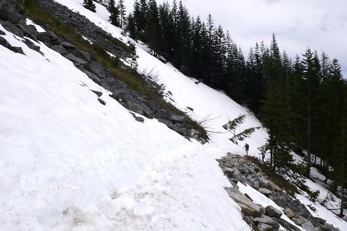 步行在雪上