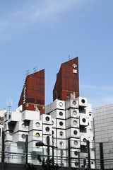 kisho kurokawa: nakagin capsule tower ([DEADCITIES]) Tags: tower japan architecture concrete tokyo pod prefab   nakagin kishokurokawa washingmachines precast prefabricated shimashi metabolist deadcitiesnet