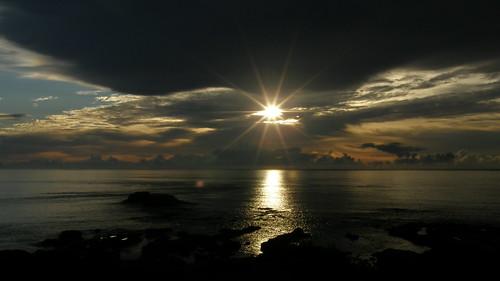 44.太陽露面將陽光灑上海面 (2)