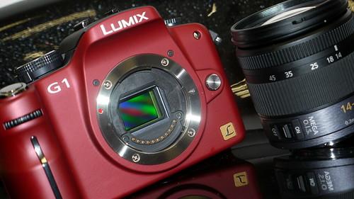 在 micro 4/3 系統中,取消了反光鏡部分,令接環與感光元件的距離大大縮短。而且接環直徑亦減少了 6mm,方便使用較細的專用鏡頭;電子接點亦由 9 個增加至 11 個,為日後擴充功能舖路。