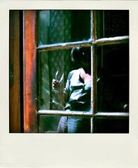 AP en Poladroid (Elene.B (sobre todo, estar)) Tags: windows selfportrait ventana souvenirs autoportrait champagne south autoretrato sur vin fentre sud verre mmoire carreaux poladroid eleneb